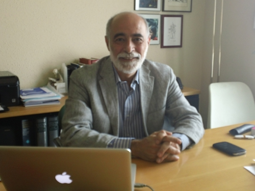 El Médico Homeópata Manel Mateu Ratera En Su Consulta De Igualada